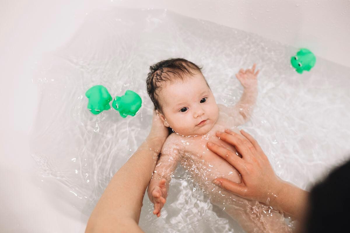 Как мыть новорожденного ребенка: советы и рекомендации