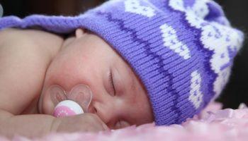 В чем спать ребенку в холода: нормы, хитрости и рекомендации