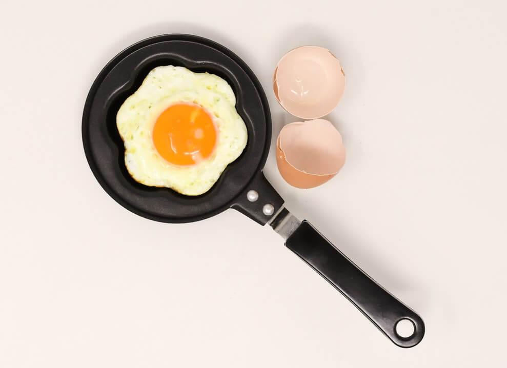 можно ли кормящей маме жареные яйца