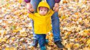 Прогулки с ребенком осенью: одеваем малыша по погоде