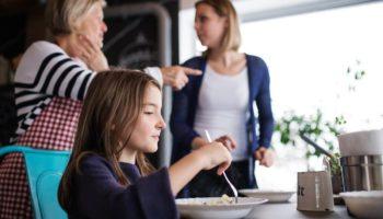 Свекровь дурно влияет на ребенка