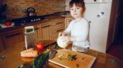 Дети на кухне: можно ли допускать ребенка к готовке?