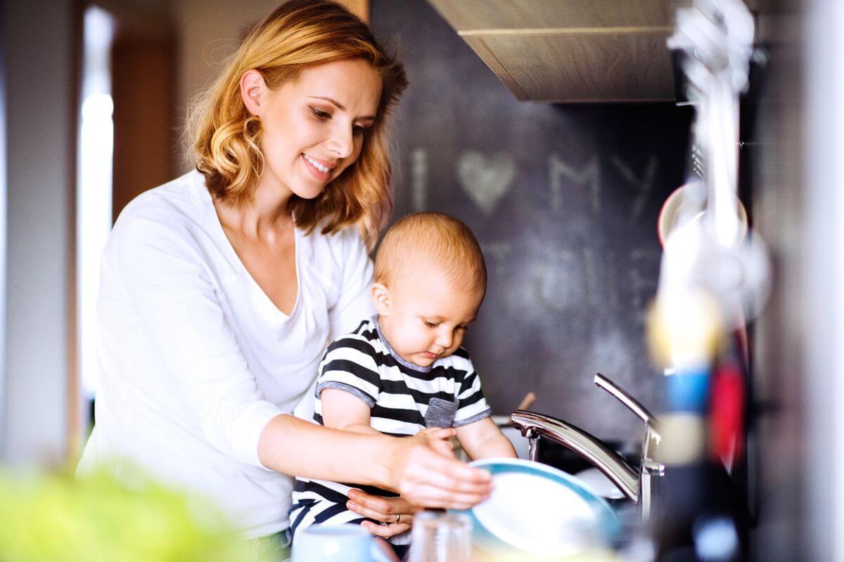 дети моют посуду