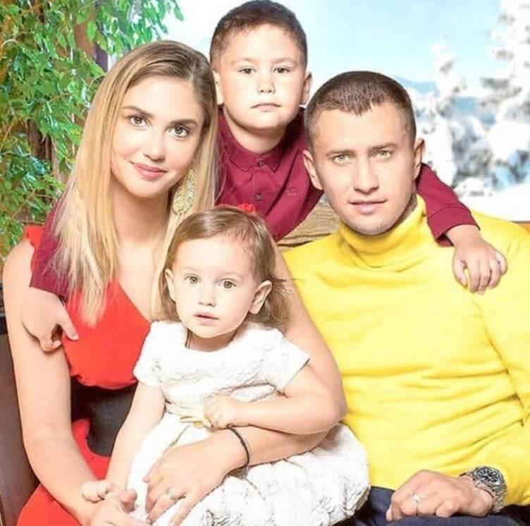 прилучный с женой и детьми