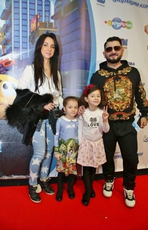 Михаил Галустян с женой и детьми