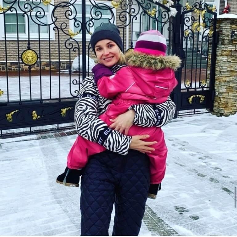 гагарина с дочкой
