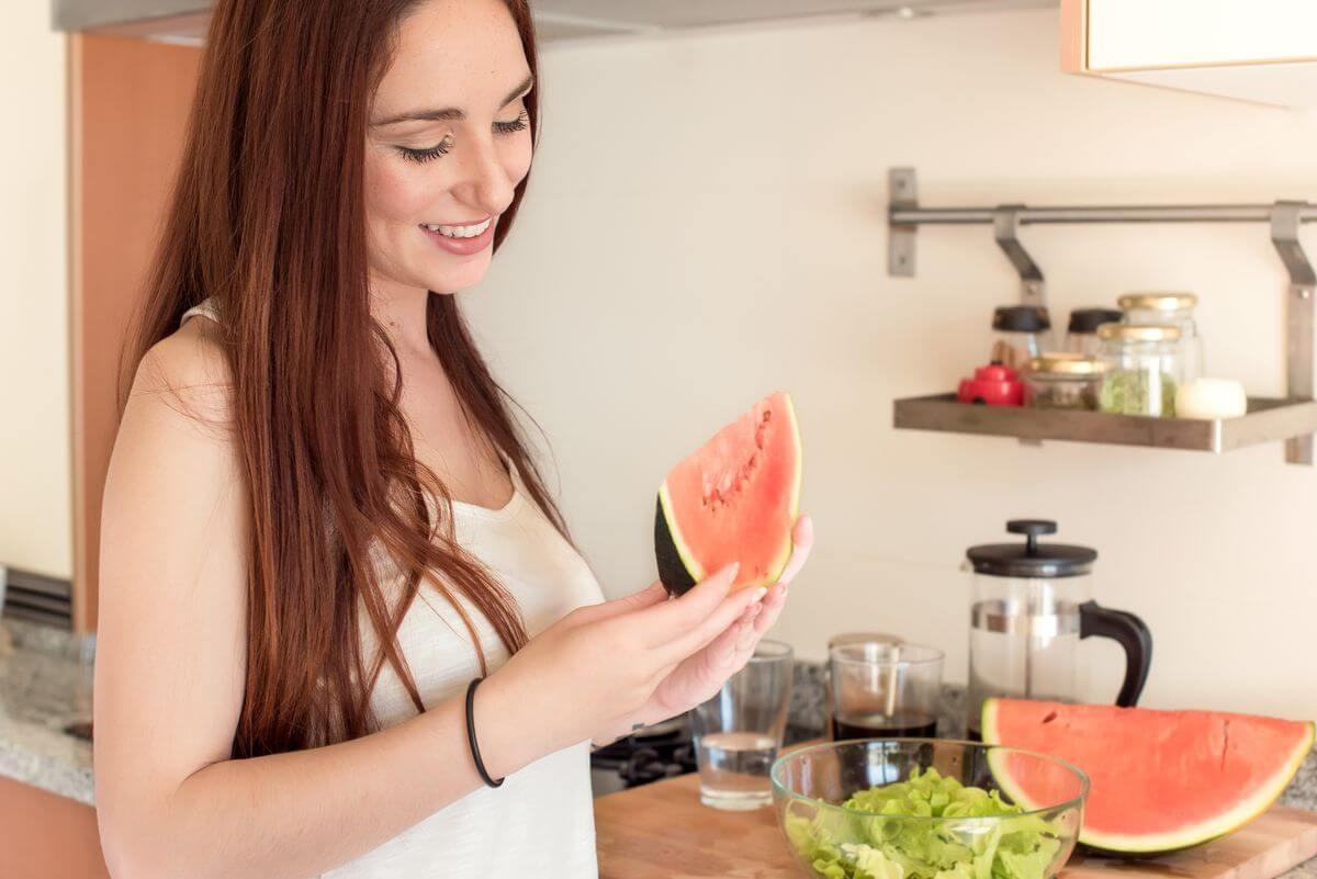 беременная ест арбуз