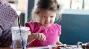 подруга пришла на день рождения в кафе с детьми