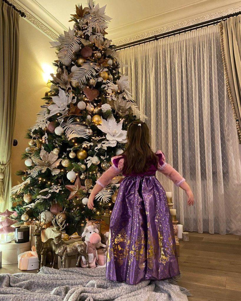 полина гагарина показала новогоднее платье дочери