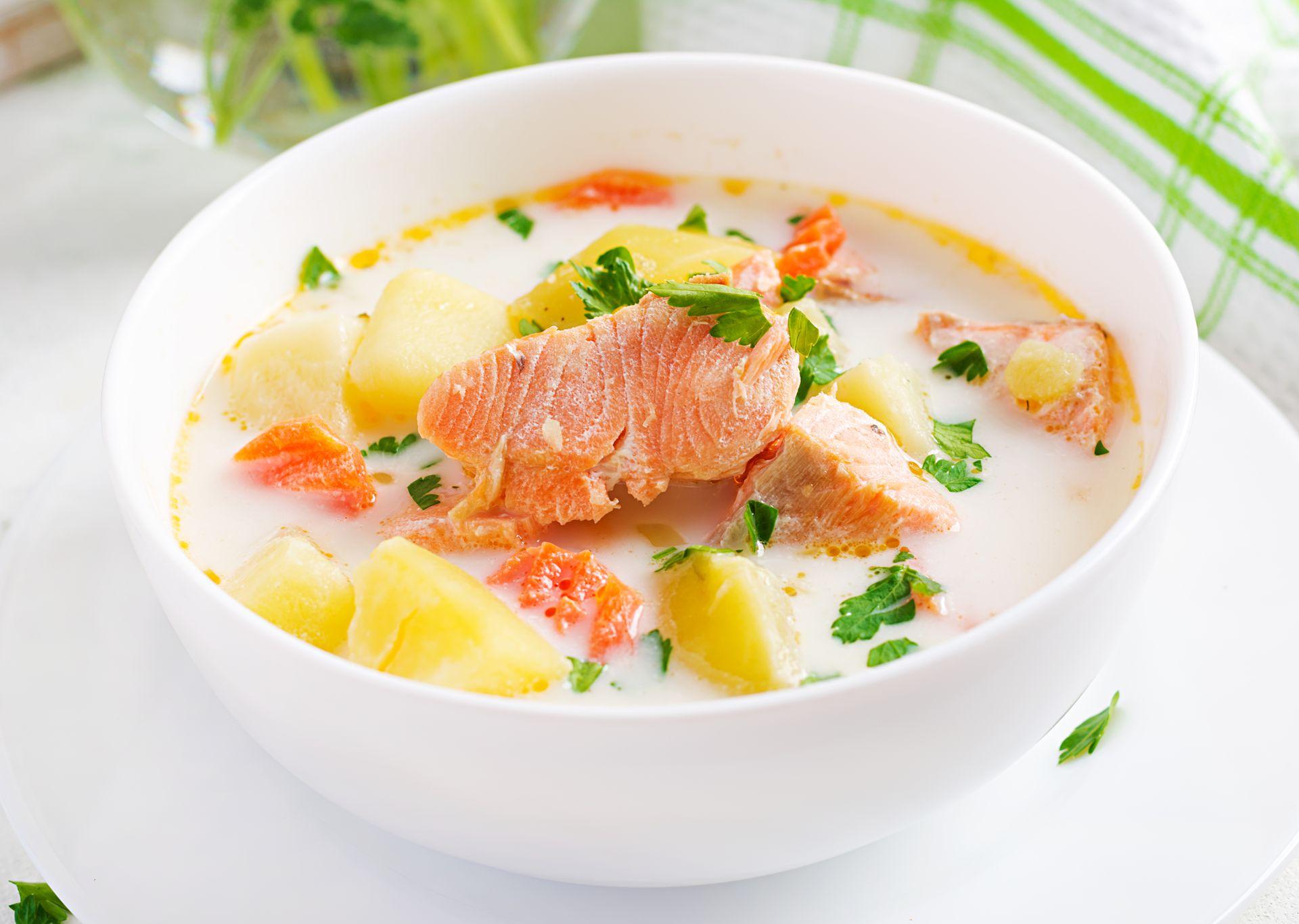 Сливочный суп с лососем, картофелем, луком и морковью