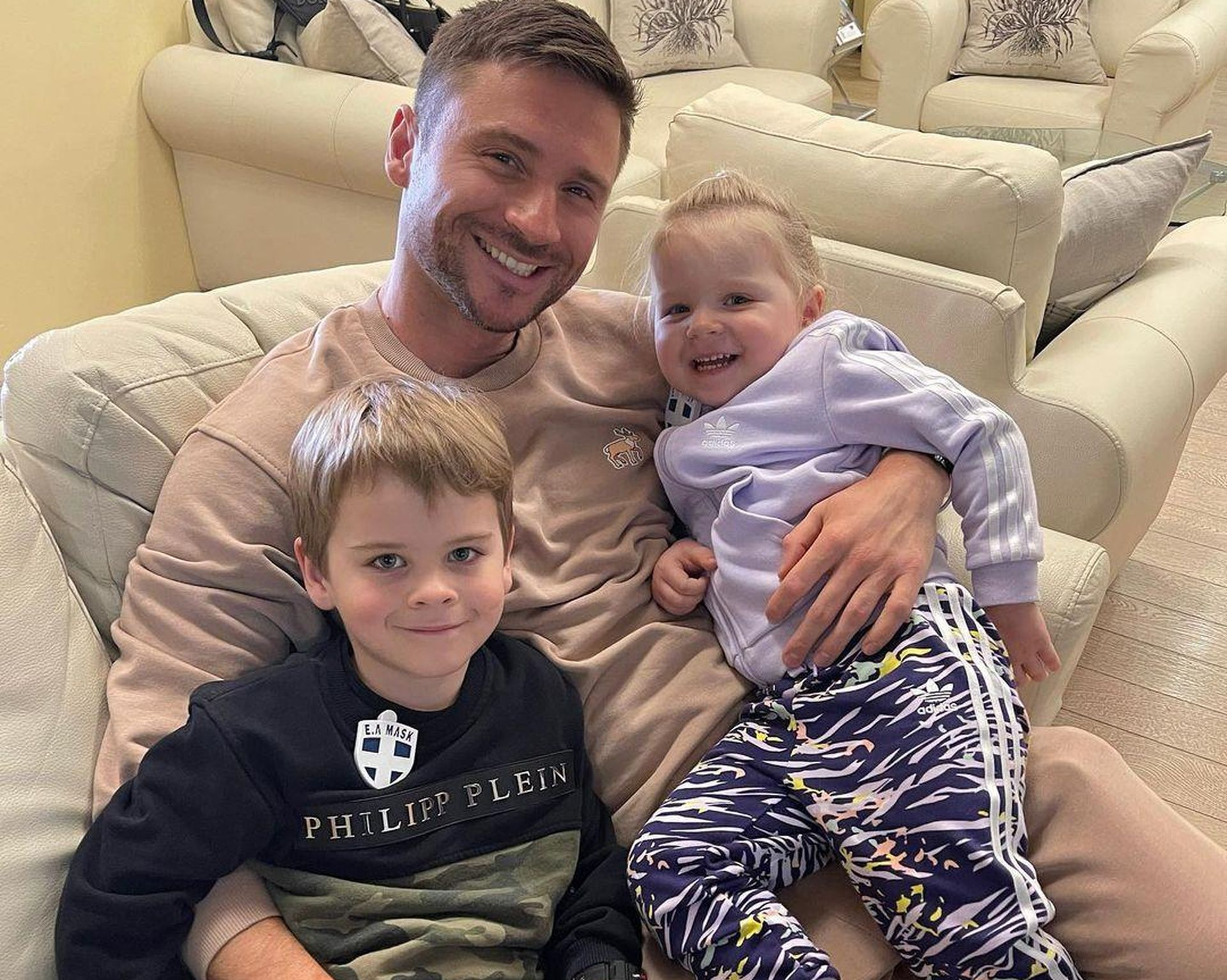 сергей лазарев поделился фото с детьми