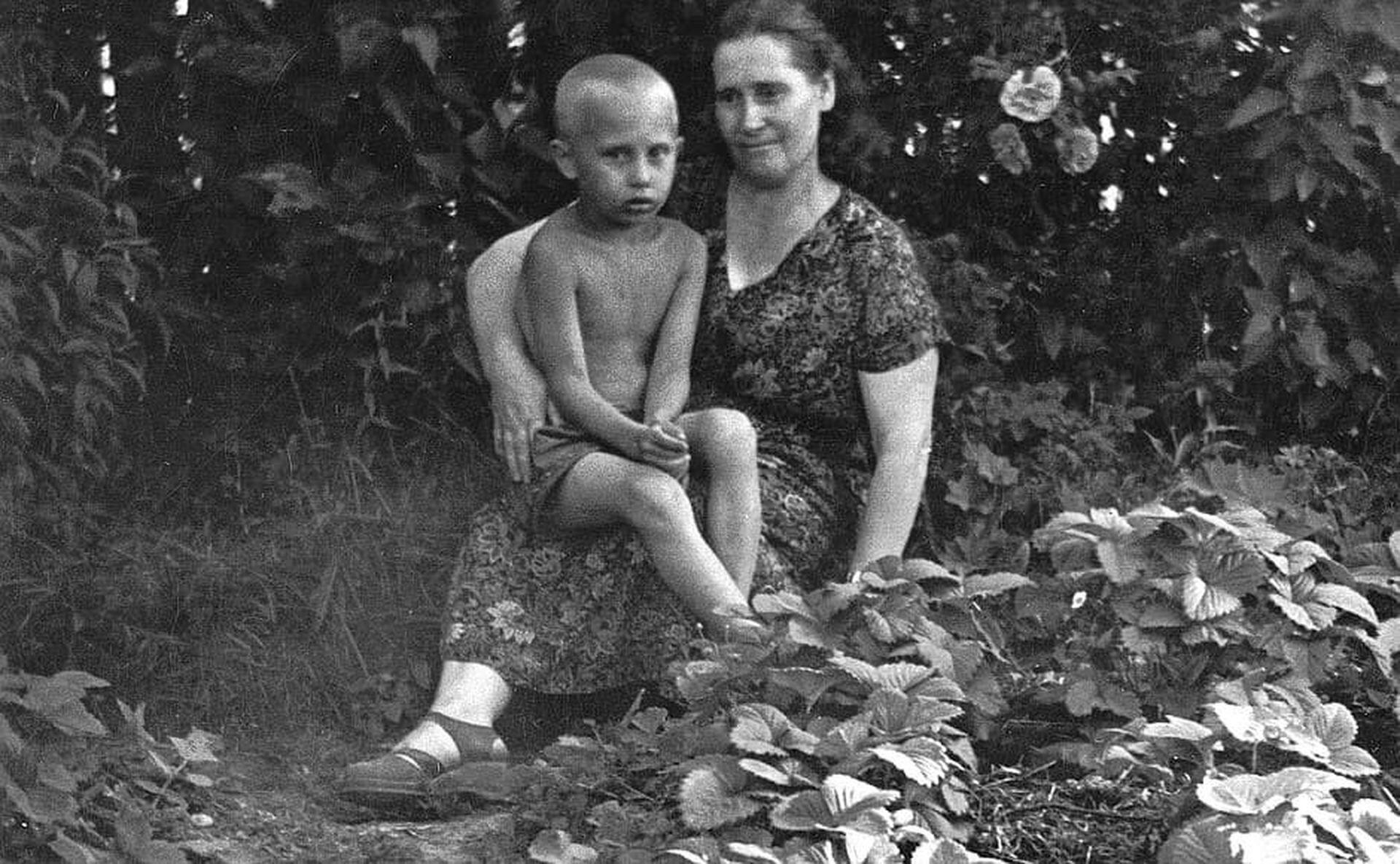 Владимир Путин с мамой